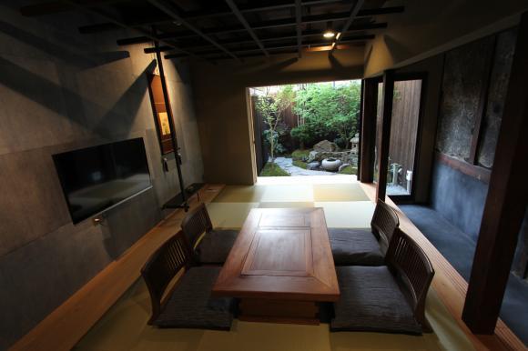暮らすように過ごせる「京町家の宿」オープン! 純和風ひのき風呂やアンティーク家具も