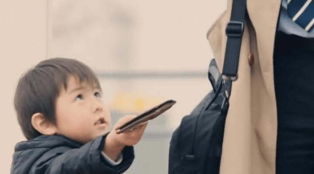知らない人が財布を落とした…さぁ、どうする? 小さな子供たちの可愛さと優しい心が満載の動画が大人気