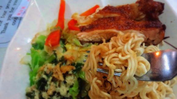 【香港では常識】あの「出前一丁」が食堂の定番メニュー! しかもスープなし!!
