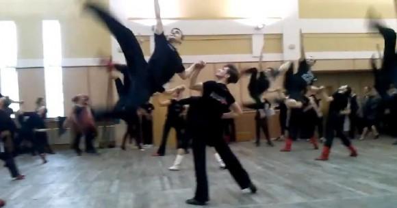 【超絶美技】すごワザ連発で開いた口がふさがらないっ! ウクライナの舞踊団がみせる民族舞踊「ゴパック」が超人的すぎるなり