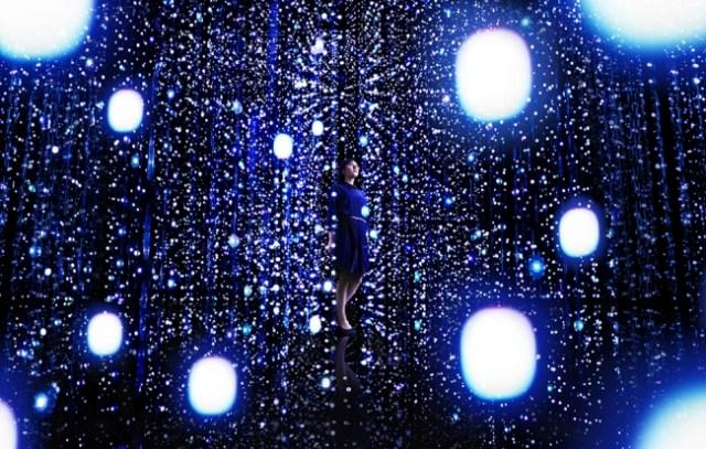 天の川にいるみたい…「チームラボ」の個展が8月21日スタート / 動くたびに光が変容する新作『クリスタル ユニバース』を体感してみて!