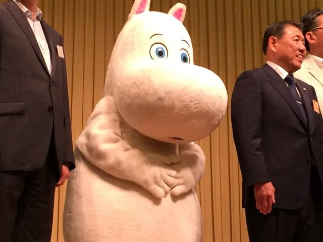 【癒し系】ムーミンテーマパーク「メッツア」の記者発表会にムーミンが登場 / 抱きつきたくなるかわいさ!