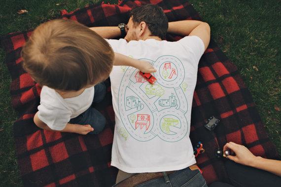 【パパ歓喜】子どもがどうしてもパパをマッサージしたくなっちゃう魔法のTシャツを発見したよ!