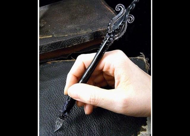 【魔女御用達】魔法の呪文が書けそう? 見るだけで引き込まれちゃう…美しくてグロテスクな「ガラスペン」