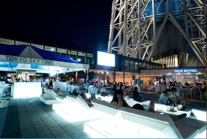 """""""寝そべることができる"""" 特別シートが登場! 東京スカイツリーに「見上げるビアガーデン」がオープンするよ♪"""