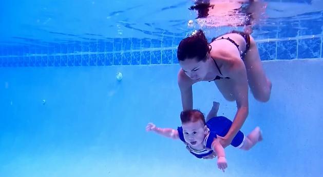 「よゆう〜♪」水の中でイキイキ泳ぐ赤ちゃんにビックリ!/ 視聴者の声「すんごく可愛い~~!」「信じられない」