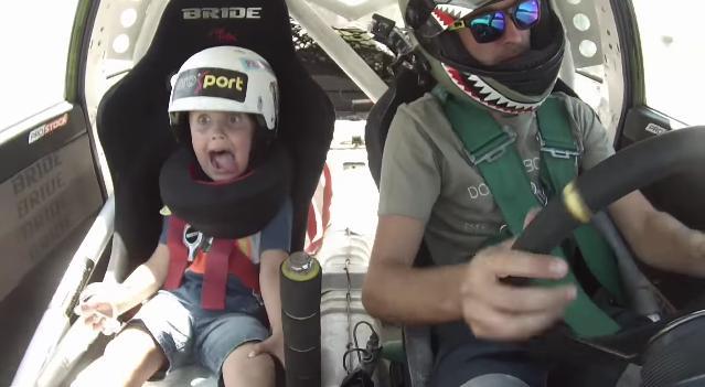 【絶叫マシン!?】男の子がパパと一緒にドリフト体験♪ ドライビングテクニックがすごすぎて顔面崩壊状態に……!