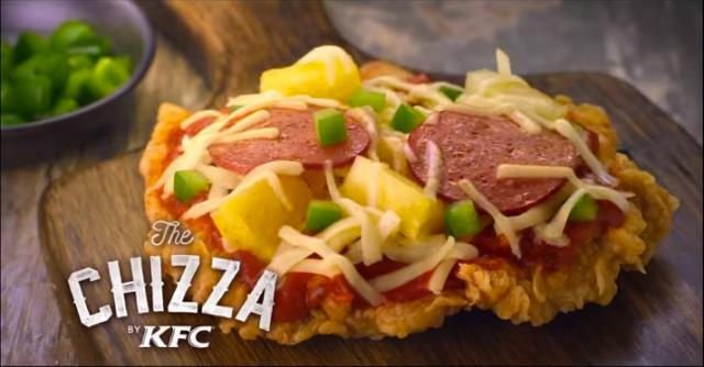 色んな意味でスゴイ! フィリピンKFC限定の「フライドチキンを土台にしたボリューム満点ピザ」