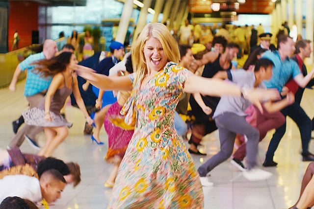 元カレが姉の婚約者に! もつれる恋を80年代MTVヒット曲でノリノリに歌い踊るミュージカル映画『踊るアイラブユー♪』【最新シネマ批評】