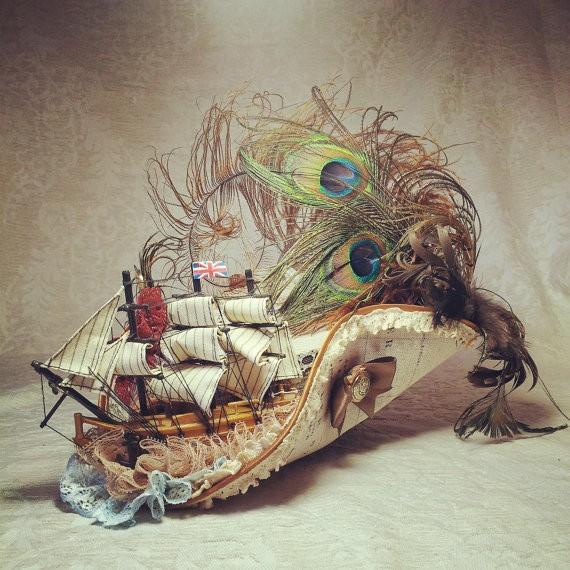 映画や小説の1シーンみたい! 海賊船やクジャクの羽が載ったハイパーゴージャスな帽子を「Etsy」にて発見☆