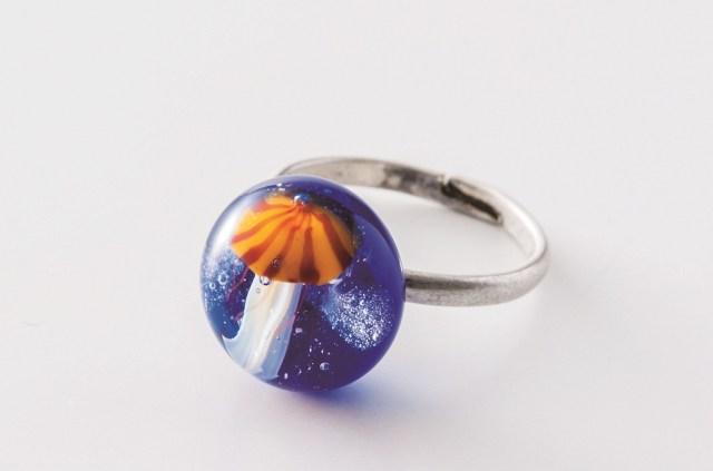 ガラス細工のクラゲが胸元でゆらゆら♪ 世界のクラゲをモチーフにしたアクセサリーが神秘的な美しさ!