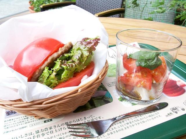 バンズの代わりにおっきなトマトで具材を挟む! モスバーガー大崎店のみで販売されている「とま実バーガー」のインパクトがすさまじい