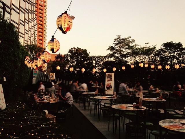 六本木のホテル「グランドハイアット東京」にて「昭和ビアガーデン」開催中! 昭和の歌謡曲をBGMにハイボール&ハムカツはいかが?
