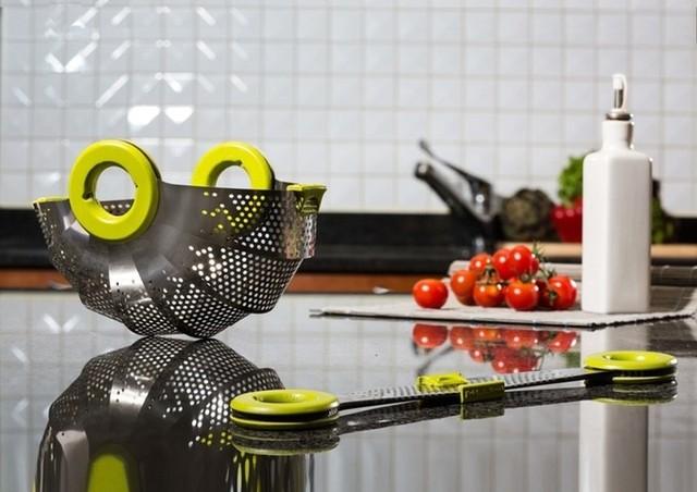 """ダイソンのデザイナーが手掛けた """"キッチンザル"""" が画期的! 折りたためば厚さ1.6cmの超コンパクトサイズに変身しちゃうのだ♪"""
