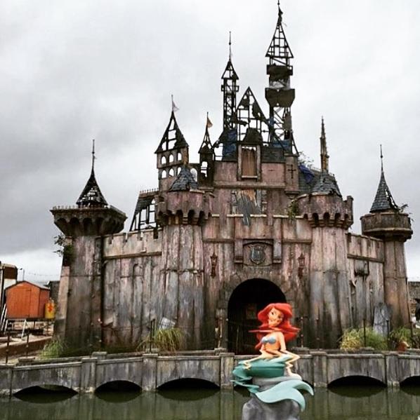 """イギリスにあの """"夢の国"""" を皮肉った「悪夢テーマパーク」が期間限定オープン! 手がけたのはあの超有名覆面アーティスト!!"""