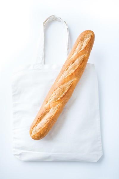 フリー写真素材のぱくたそが「デザインしやすいフランスパン」の画像を提供しているゾっ! ネットの声「攻めてますね」「さすがやw」