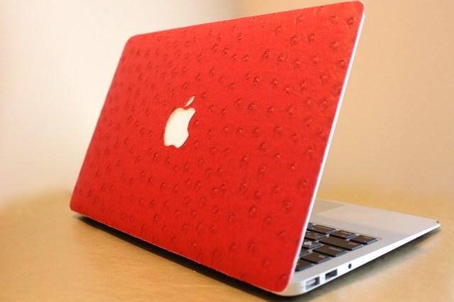 MacBookを秋らしくドレスアップ!! 「Macラッピング」からオーストリッチやヘビ革などレザー系の新柄3種が登場!