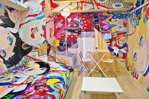 ポップな色の洪水! 天井も壁もアニメイラストで埋め尽くされたゲストハウス「痛部屋」