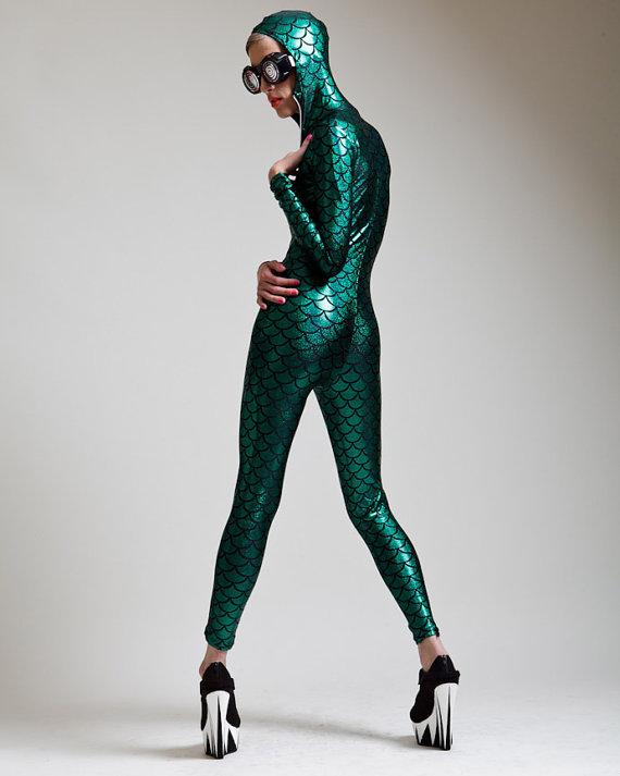夏にピッタリ‼ ストッキング、ジャンプスーツ、レギンス…人魚モチーフのファッションアイテム3選