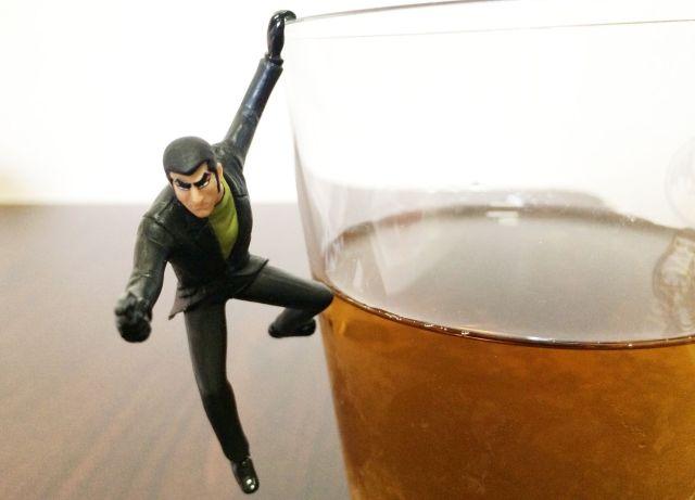 コップのフチに腰かける「ゴルゴ13」のハードボイルド感がハンパない / ただの麦茶がウイスキーに見えるレベル