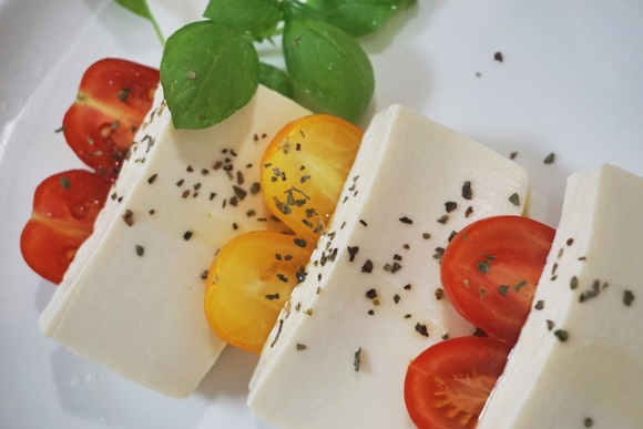 【豆腐がチーズに?】豆腐を塩に漬けるだけでとんでもない旨さになるってマジ? 作ってみたら…塩をふった◯◯の味になった