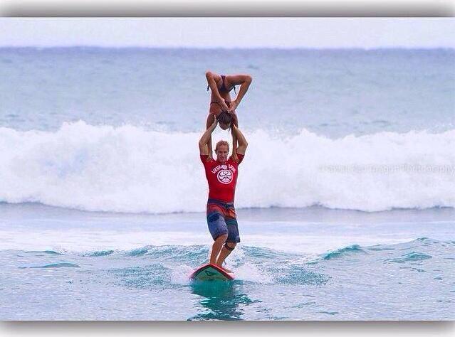 サーフィンしながらアクロバティックな技が炸裂! タンデムサーファー世界王者ペアのパフォーマンスをとくとご覧あれ