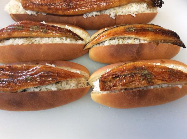 うな重がパンに…!? 名物パン屋「翠玉堂」がコッペパンに白ご飯&うなぎの蒲焼きを乗せた「鰻パン」を発売!