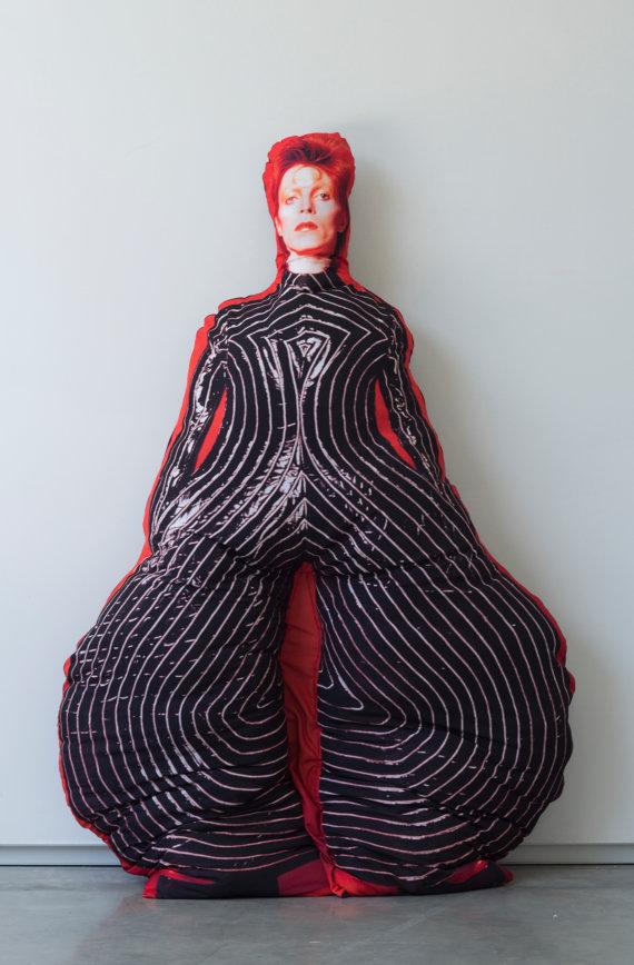 """【マニア歓喜】デヴィッド・ボウイさんを思う存分 """"抱っこ"""" できちゃう!? 人間サイズの巨大抱き枕を見つけたよ!"""