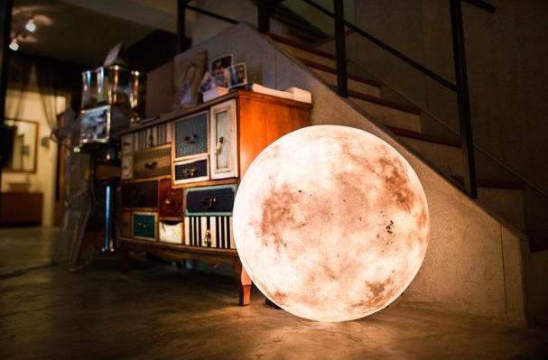 【今日は中秋の名月】月を見られなくても大丈夫! お部屋をたちまちロマンチックにしてくれる月の照明Luna