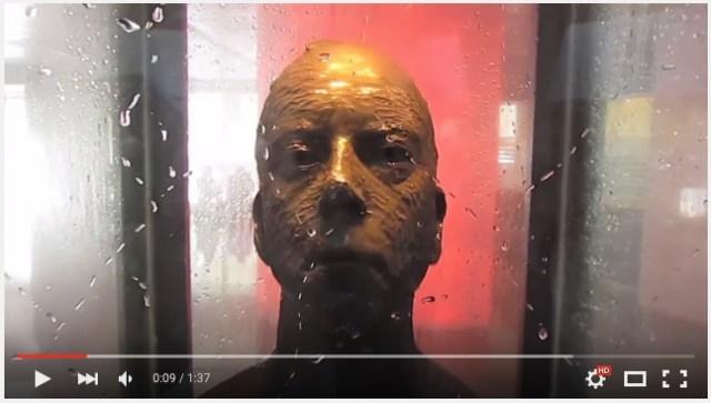 美術館の彫刻に設置された「目を覗くな」の注意書き……ルールを守らない者には驚きの罰が待っていた?