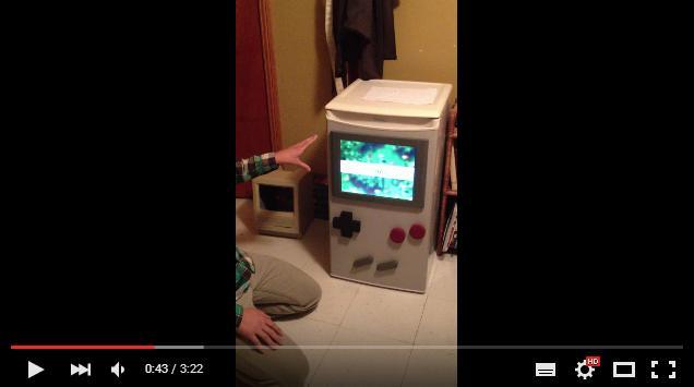"""でっかいゲームボーイ!? 実際にポケモンで遊べる """"ゲームボーイそっくりな冷蔵庫"""" を発見したよ!"""