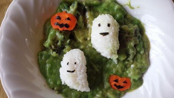 魔女のあやしいスープみたいな緑色にドキッ! ヴィレッジヴァンガードの緑の「スライムカレー」はハロウィン用のデコに使える!