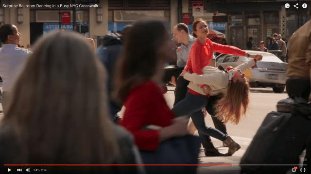 ラッシュアワーの横断歩道にとつぜん広がるダンスの輪! フラッシュモブ集団「Improv Everywhere」の新作がナチュラルにイイ感じ!!!