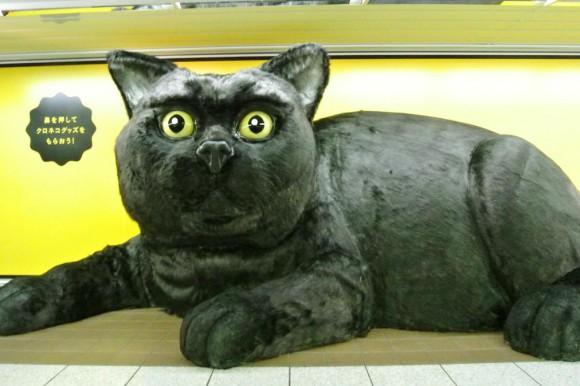 超巨大クロネコが新宿駅に登場! 実際に触れることができる&鼻を押したらプレゼントが出てくるってよ!!