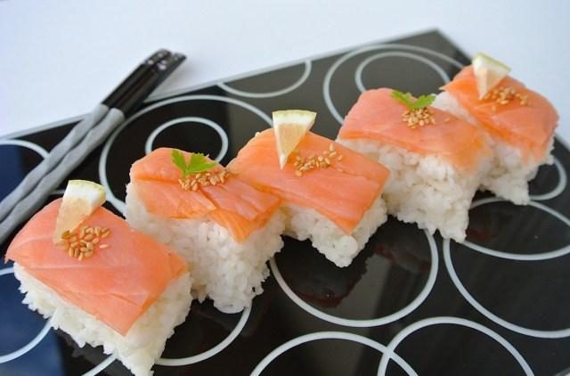 【女子力UPレシピ】超簡単なのに料理上手に見えちゃう! タッパーで作るスモークサーモンの押し寿司をご紹介