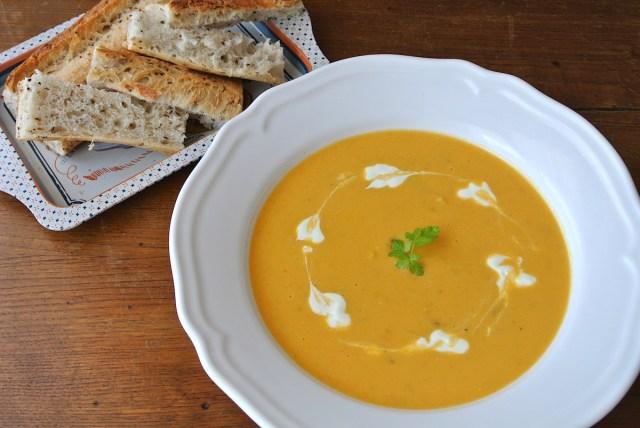 【超お手軽フランスご飯】これから旬! とろ〜り濃厚でクリーミーな「カボチャのスープ」を作ってみよう / パンを添えればステキな軽食に