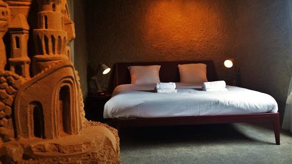 ピラミッドに泊まったような気分が味わえるかも!? オランダに登場した世界初の「砂のホテル」が気になる!