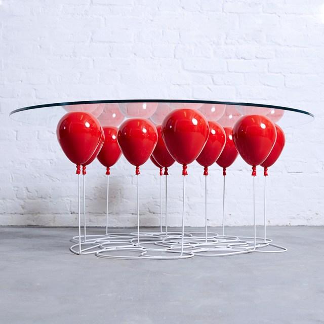 """風船がテーブルを支えてる!? 割れそうでハラハラする """"世界で25台だけのラウンドテーブル"""" が超ユニークで素敵"""