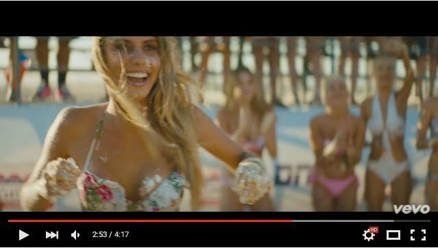 【これぞアメリカ】健康的な色気爆発♡ ビキニ美女がビーチでケーキを投げつけ合うMVが豪快すぎる