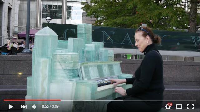 """材料は """"古い窓ガラス"""" ! ロンドンの街に現れたガラス製ピアノが美しすぎる"""