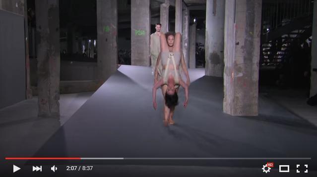 ファッションショーで「組み体操」!? 逆さまの人をリュックのようにかついで颯爽とランウェイを歩くモデルさんたちがシュールすぎる!