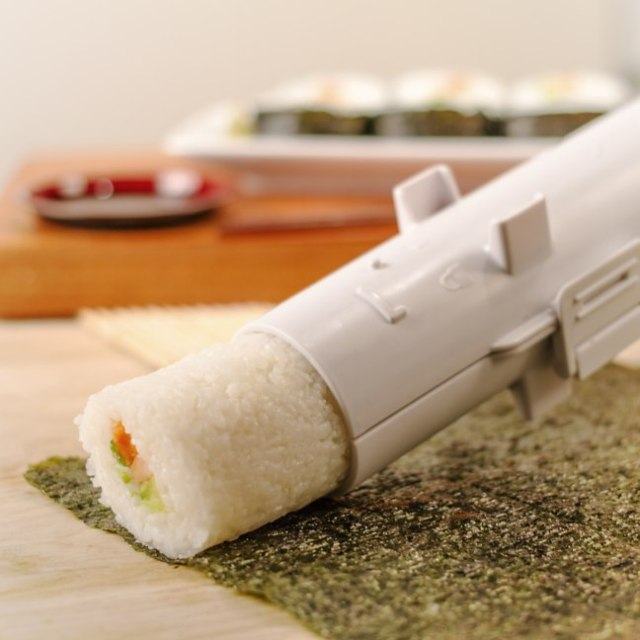 あなたの太巻きライフが激変!! 巻きすを使わず簡単に太巻き寿司が作れちゃう「寿司バズーカ」がとにかくスゴい!