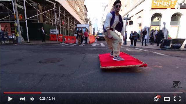 【騒然】米NYに「空飛ぶじゅうたん」が現れた! アラジンが街中を華麗に飛び回る様子をご覧ください