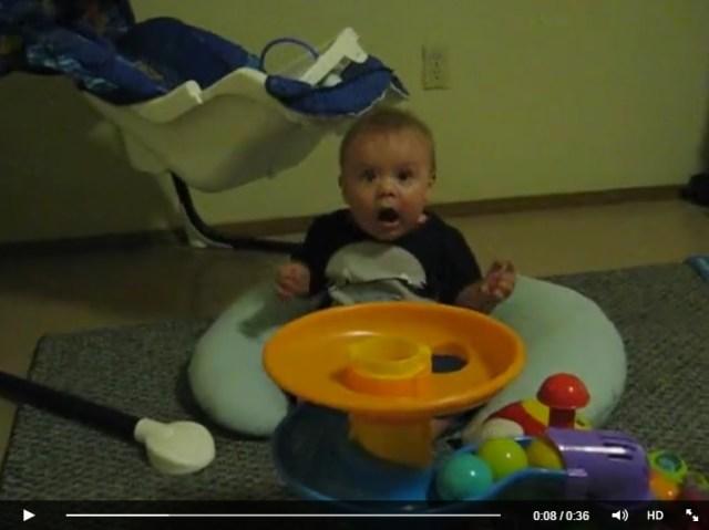 いくらなんでも興奮しすぎーッ!! 初めてのオモチャに慌てふためく赤ちゃんの表情にニヤニヤが止まらない!