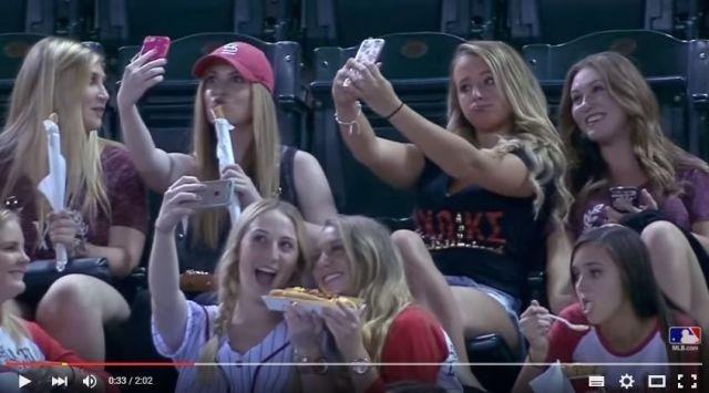 みんなセルフィーが大好きすぎるよぉ~! 野球場で自撮りばっかりしてたら中継されてアナウンサーに爆笑されたでござる