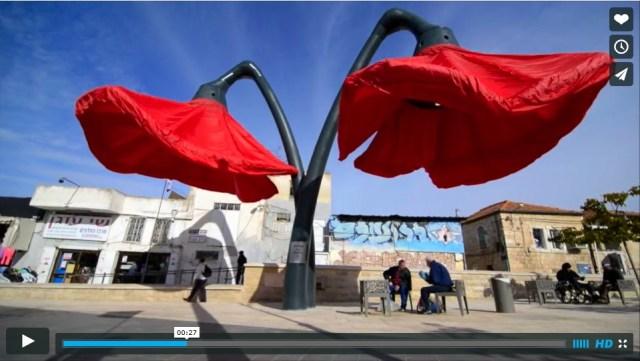 日除けや街灯にもなる!! エルサレムに突如現れた「巨大な赤い花」が殺風景な街並みを華やかに一変しちゃう動画