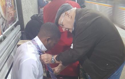 世の中捨てたもんじゃないね!! 偶然出会った若者にネクタイの結び方を伝授するおじいさんにホッとする