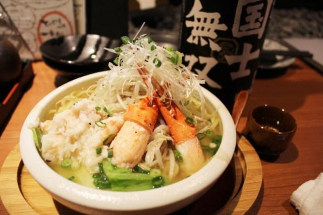 飲んべえ全員イチコロのラーメン爆誕! 「カニ味噌ベース」なうえに「日本酒をかけて食べる」んですと!!