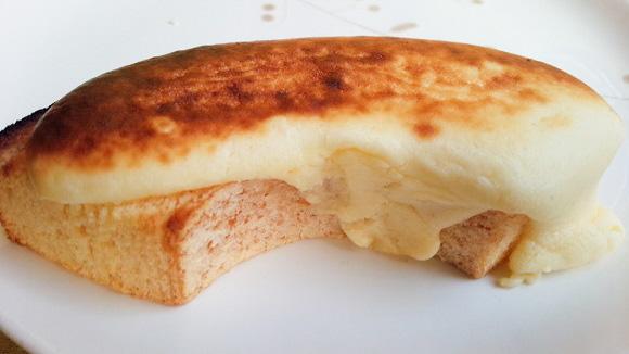 ファミマ「プレミアム とろっとチーズケーキバウム」は温めて食べるべし! ふわふわ&トロトロ食感を楽しめるよ!!