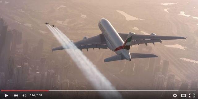 【高度1200m】世界最大の旅客機を追い抜くのは…鳥? いや人間だ! 空飛ぶ2人組「ジェットマン」がとってもエクストリーム!!